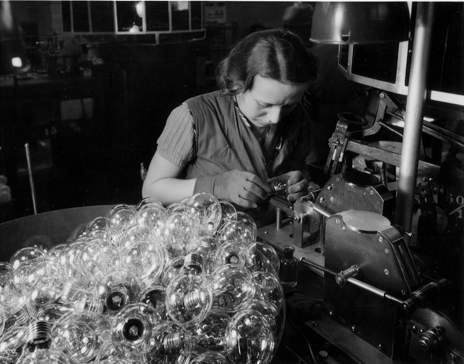 Tillverkning av glödlampor hos LUMA 1938.