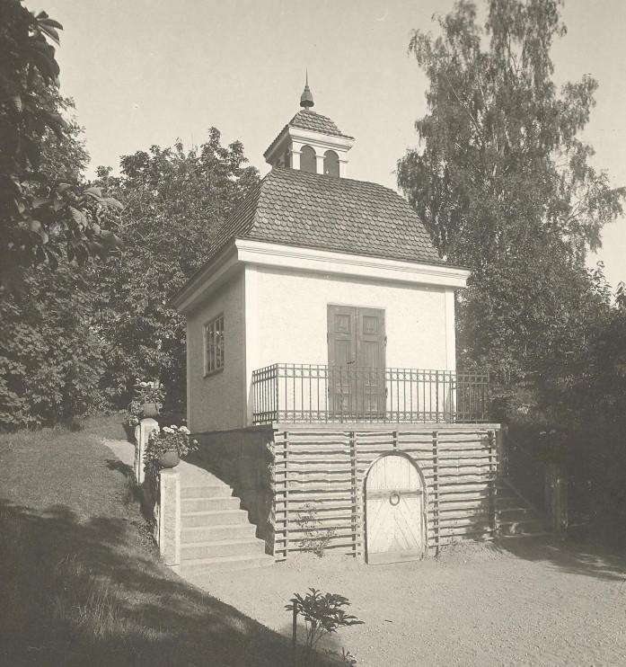 Fotografi från 1926 på Lusthuset i Parken på Julita gård. Foto: Sven Drakenberg, Nordiska museets arkiv.