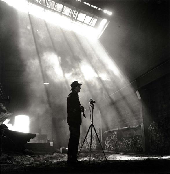 KW Gullers under ett industrifotograferingsuppdrag, 1953