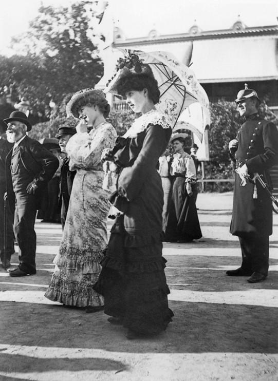 Publik vid kasperteater på Djurgårdsslätten, Stockholm 25 juni 1905