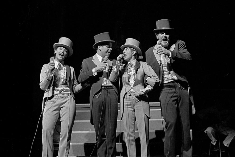 """Svante Thuresson, Lasse Lönndahl, Siw Malmkvist och Barbro Lill-Babs Svensson framträder på Berns under namnet """"Idolerna"""", februari 1968."""