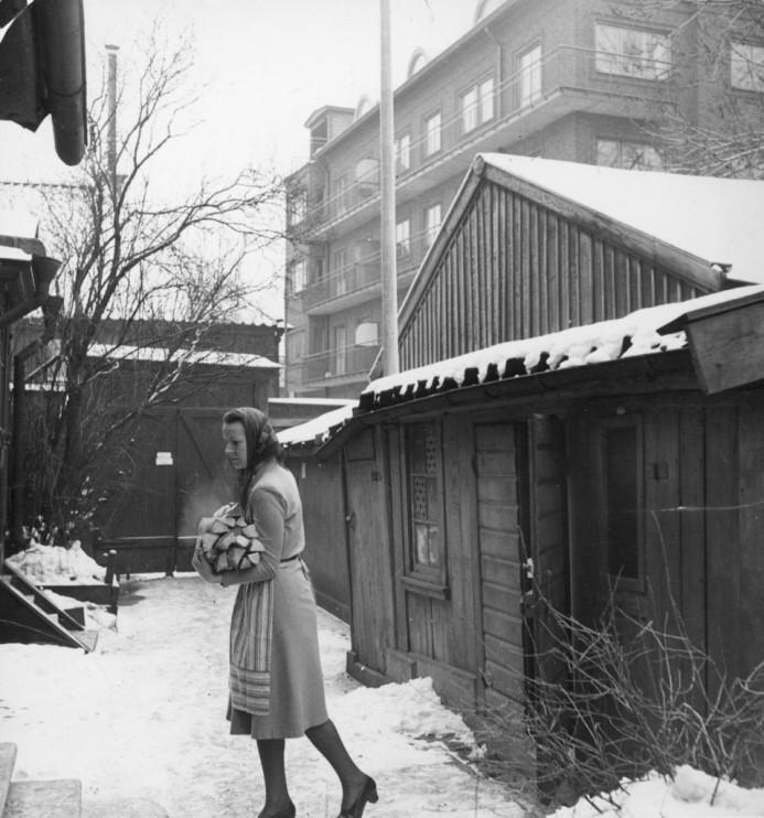 Birgitta Törnqvist på bakgården, Mäster Mikaels gata 9, Stockholm. Foto: Studio Gullers, januari 1942.