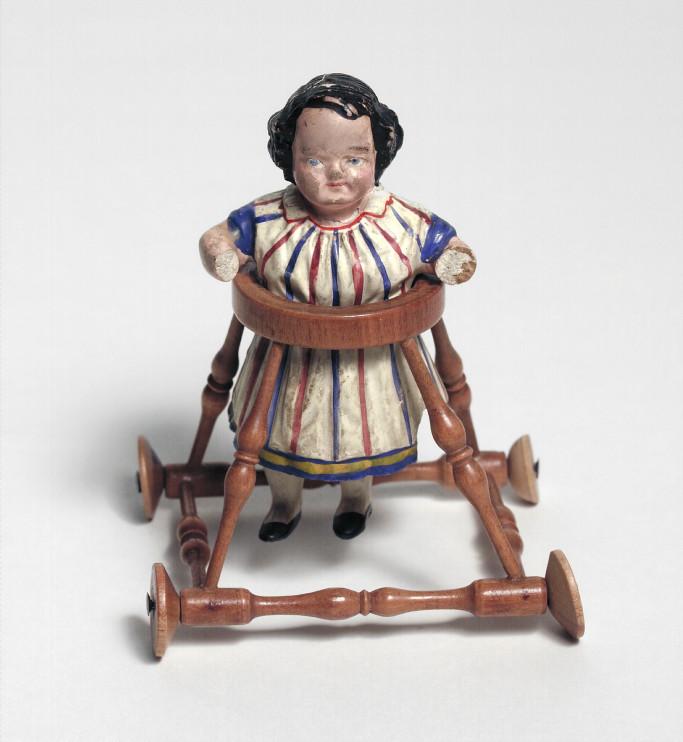 Dockan har tillhört en flicka som växte upp på Maria prästgård på Södermalm i Stockholm, 1860-talet. Foto: Nordiska museet.