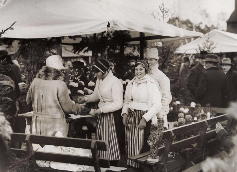 Hanses Karin och Inga Jondén på Skansens julmarknad 1929.