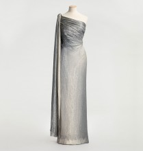 Aftonklänning av silverlamé som skiftar i olika silvertoner.