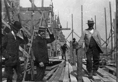 Foto från byggnadstiden, människor på byggnadsställning