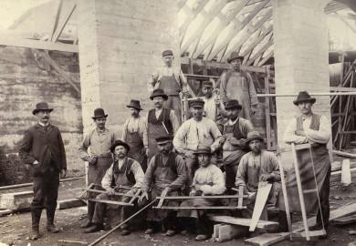 Foto från byggnadstiden, arbetslag uppe på vinden
