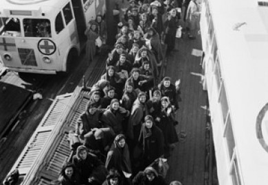 Flyktingar. Folke Bernadottes expedition med de Vita bussarna. Ombord på färjan till Sverige. De vita bussarna med det röda korset på taket. Foto: K.W. Gullers