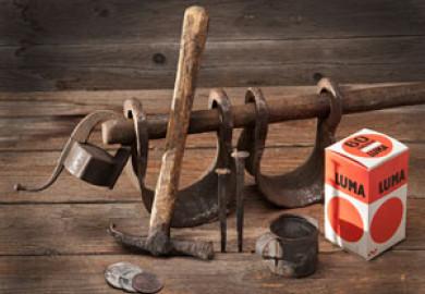 Bild på en hammare, en glödlampsförpackning från Luma, en kopp och några andra föremål. Foto Peter Segemark, Nordiska museet