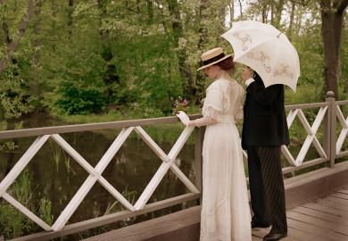 Par vid vatten, på en bro