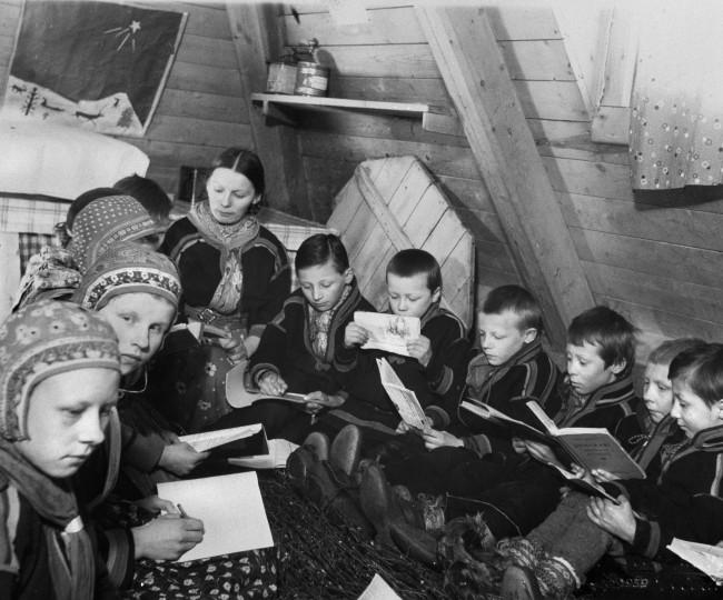 Lärare och elever. Nomadskolan Jukkasjärvi. 1939. Foto: Okänd fotograf/ Nordiska museet