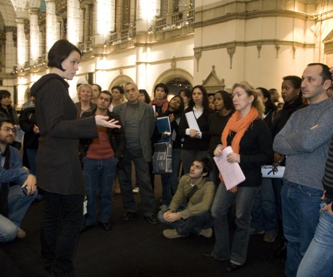 SFI-grupp under ett skolprogram i stora hallen. Foto: Peter Segemark