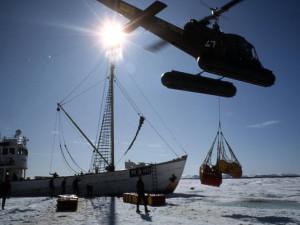 Helikopter transporterar oljefat, Arktis. Ca 1965. Foto: Tore Johnson/ Nordiska museets arkiv