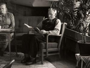 1947 invigdes ålderdomshemmet i Östertälje, Södermanland. Det var modernt, med sju enkelrum och fyra dubbelrum för gifta par. Handfat i varje rum, men gemensamma toaletter och badrum. Ålderdomshemmen var nu inte längre enbart för fattiga utan för alla som behövde viss hjälp, oberoende av inkomst.  Foto Karl Heinz Hernried, omkring 1950. Nordiska museets arkiv, NMA.0029923