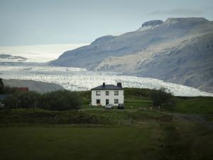 Hus i Arktis, glaciär i bakgrunden. Foto: Camilla Andersen/ Nordiska museet