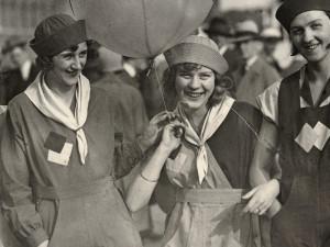 """NK (Nordiska Kompaniet) i Stockholm introducerade en ny klädsam sommarkostym för damer, """"Camp-Ahla""""-dräkten. De fyra mannekängerna visade dräkten ute i staden i juni 1929."""