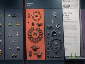 Utställningsbild från Smycken