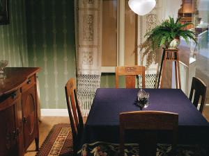 Interiör i utställningen. Del av matsal i en jugendvilla i utkanten av en stad ca 1918. Foto: Peter Segemark, Nordiska museet