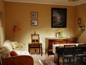 Interiör i utställningen Del av ett vardagsrum eller finrum i en lägenhet i ett flerfamiljshus från 1939. Foto: Peter Segemark, Nordiska museet.