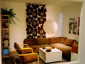 Interiör i utställningen Del av ett vardagsrum i en lägenhet i ett nybyggt miljonprogramsområde från 1976. Foto: Peter Segemark, Nordiska museet.