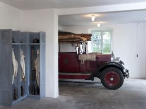 Julita gårds brandstation. Äldre tiders brandskydd visas med hjälp av text, bilder, modeller och en samling äldre brandskyddsutrustning, bland annat Julitas första brandbil. Foto: Peter Segemark, Nordiska museet.