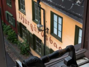 Handarbetets Vänners hus ligger i den gamla Djurgårdsstaden i Stockholm. Genom ateljéns fönster kan hantverkarna se ut över gränder och innergårdar. Det gamla strykjärnet används ibland som tyngd eller som fönsterstopp. Foto: Peter Segemark, Nordiska museet.