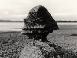 Seiten är ett samiskt heligt föremål av sten eller trä. De placerades vid offerplatser, särskilda platser som källor och kraftiga klipputsprång. Många har förts bort från Sápmi och finns nu på museer eller i privat ägo.  Seiten på bilden kommer från Luokta - Mavas sameby. I utställningen visas en seite i trä ur museets samlingar. Foto: Ernst Manker, Nordiska museet.
