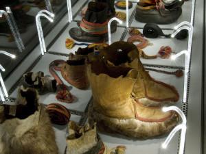 Samernas skor, näbbskon, finns för både vinter- och sommarbruk. Form och material kan skilja i olika trakter och moden. Foto: Mats Landin, Nordiska museet.