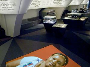Ett band med utställningstext och bilder följer väggen genom hela lokalen.  I utställningens båda entréer finns bildspel, ett om samerna och ett om världens alla urfolk. Foto: Mats Landin, Nordiska museet.