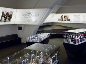 Mattan/marken täcker golvet och fortsätter upp på sittplatser och montrar.  Foto: Mats Landin, Nordiska museet.