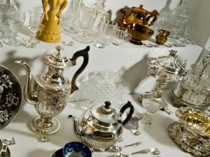 I mitten av 1800-talet började Sverige industrialiseras och en  rik borgarklass växte fram. Stora middagar hölls med många maträtter och nya tillbehör i olika material kom: flintgods, pressglas, nysilver och förnicklad plåt. Flintgodset var det dominerande materialet för uppläggningskärl och tallrikar. Ofta hade serviserna ett hundratal delar. Det fanns många dekorer i olika prisklasser att välja mellan. Foto: Mats Landin, Nordiska museet.