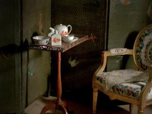 Intresset för Kina och Orienten, teets ursprungsområden, gjorde att tedrickandet blev populärt under 1730-talet. Kineserier, kinesiska former i europeisk tolkning, slog igenom i möbler och inredning. Foto: Mats Landin, Nordiska museet.