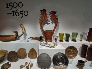 Ett middagsbord på 1500-talet ser enkelt ut men skenet bedrar. En fin middag har många rätter: soppor, rotsaksmos, vilt, stekt fisk, fågel, pastejer, korv, lagrade ostar, frukt och sötsaker. Foto: Mats Landin, Nordiska museet.
