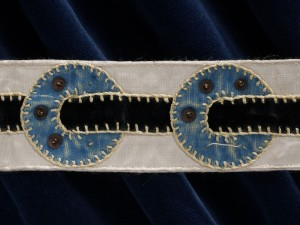 Detalj av brudstrumpeband. Foto: Nina Heins, Nordiska museet.