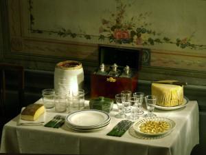 På 1600-talet började man tillverka brännvin av säd och under 1700-talet av den mångsidiga nyupptäckta potatisen. Brännvinet ställdes på ett speciellt brännvinsbord på en egen plats i matsalen under 1700-talet. På bordet fanns även kryddskorpor eller kringlor, bröd, ost och ansjovis; detta intogs före maten som aptitretare. På 1800-talet utökades brännvinssorterna, liksom smårätterna på brännvinsbordet. Foto: Mats Landin, Nordis
