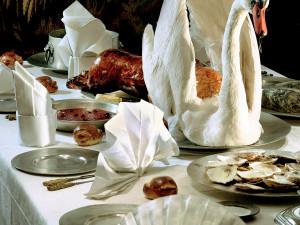På 1600-talet delade man inte in måltiden i förrätt, varmrätt och dessert utan man åt i s.k. anrättningar. Tre anrättningar var vanligt. Första anrättningen kunde bestå av soppa, fisk, kött, pastej och tårta. Andra anrättningen likaså, men med dyrbarare råvaror. Tredje anrättningen var ett konfektbord som stod dukat vid sidan om matbordet. Foto: Mats Landin, Nordiska museet.