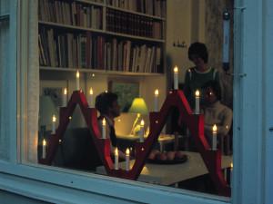 Adventsljusstakar i fönster 1972.