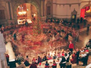 Bild från Nordiska museets årliga julgransplundring