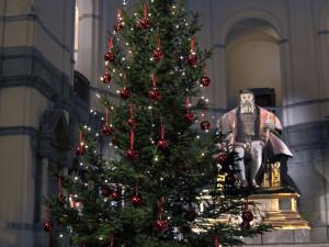 Dansa runt museets 6 m höga julgran på museets julgransplundring