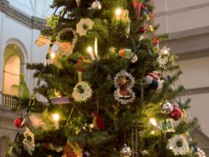 Nordiska museets julgran med pynt efter förlagor från sekelskiftet.
