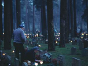 Tända ljus på gravar.