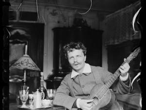 August Strindberg med gitarr